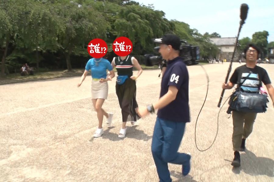 ロケに現れない浜田雅功に振り回されるアイドル2人(写真提供:MBS)