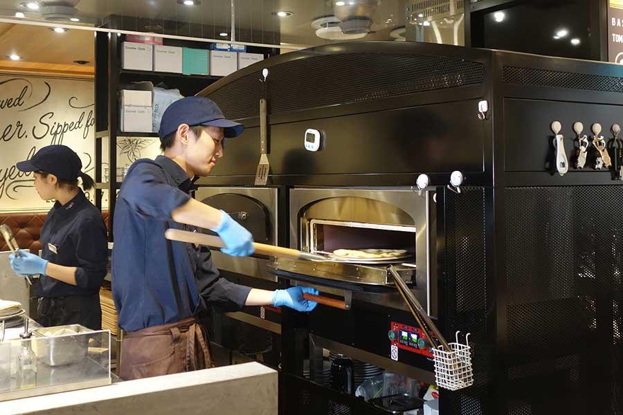 「CIAO PRESSO×PIZZA CONA 難波駅店」では、電気窯でピザを焼き、1枚作るのに約3分半