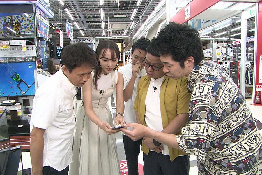 左から、MCの浜田雅功、伊藤ニーナ、ミキ、池田一真(しずる) © ytv