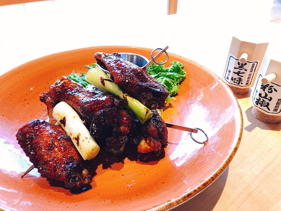 焼き鳥ウィング1280円(税別)。好みで黒七味や山椒をふりかけて