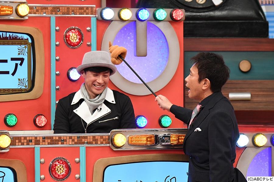 昭和世代のゲストとして登場した東山紀之を、ウンチ指し棒でツッコむ浜田雅功(右)