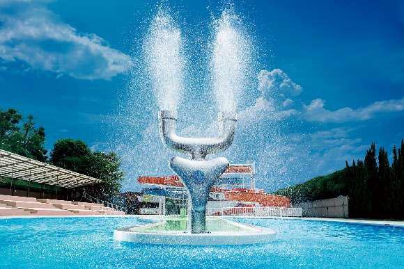 「ザ・ブーン」内に登場する巨大な目洗い型噴水