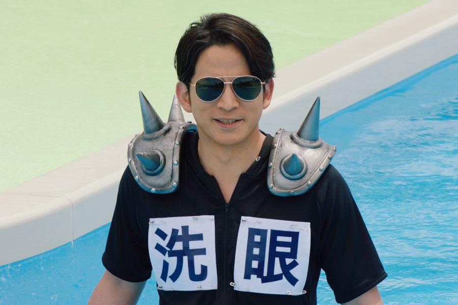 CMでは安全ピンで留めただけのチープな衣裳で好演する岡田准一園長
