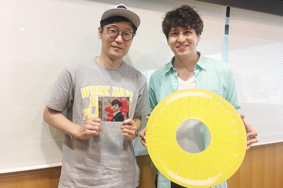 FM OH!『Music Bit』に出演した伊礼彼方(右側)と、DJの遠藤淳(10日・大阪市内)