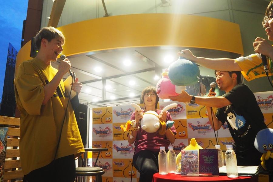 メッセージ入りのスライムのぬいぐるみをプレゼントされ、喜ぶJOY(左)(29日・大阪市内)