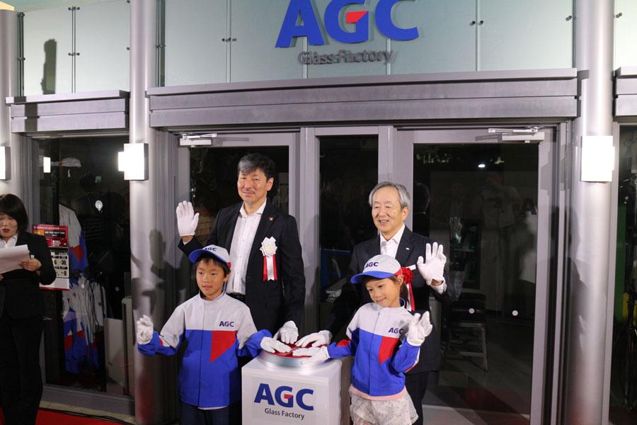 「キッザニア甲子園」の『ガラス工場 火入れ式』に参加した子どもら。後列左からKCJ GROUP・圓谷道成副社長、AGC・宮地伸二CFO