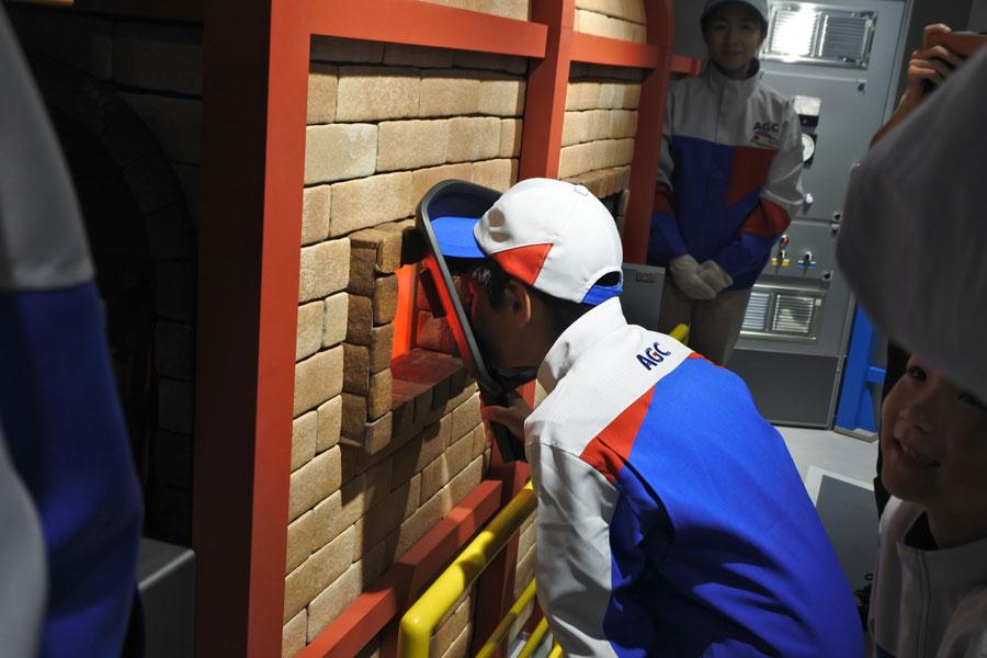 同パビリオンでは、ガラスを作るために砂を溶かす溶解炉の様子も観察