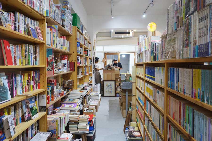 花森書林の店内、さまざまなジャンルな本がそろう