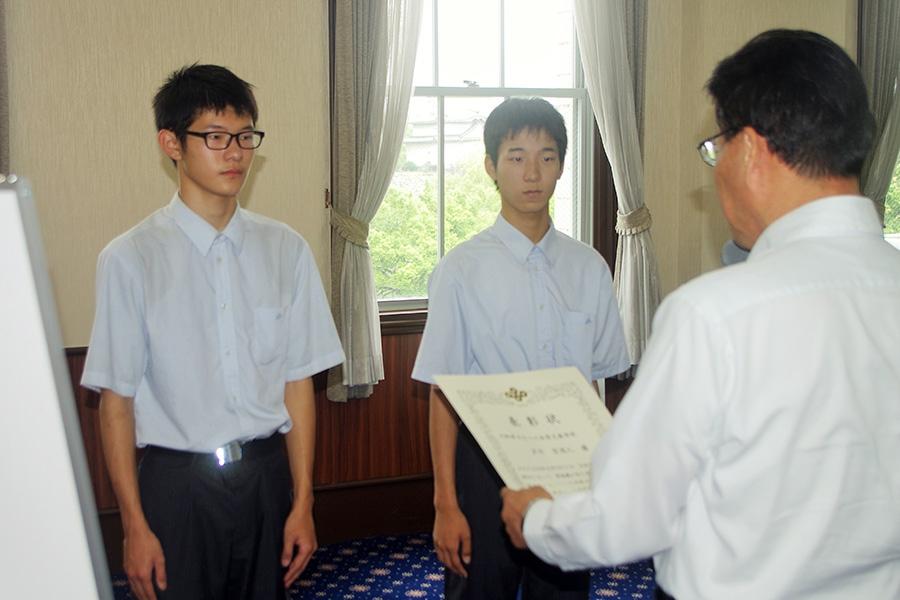 賞状を受け取る汐川空羽人さん(左)と酒井保明さん(10日・大阪府庁)