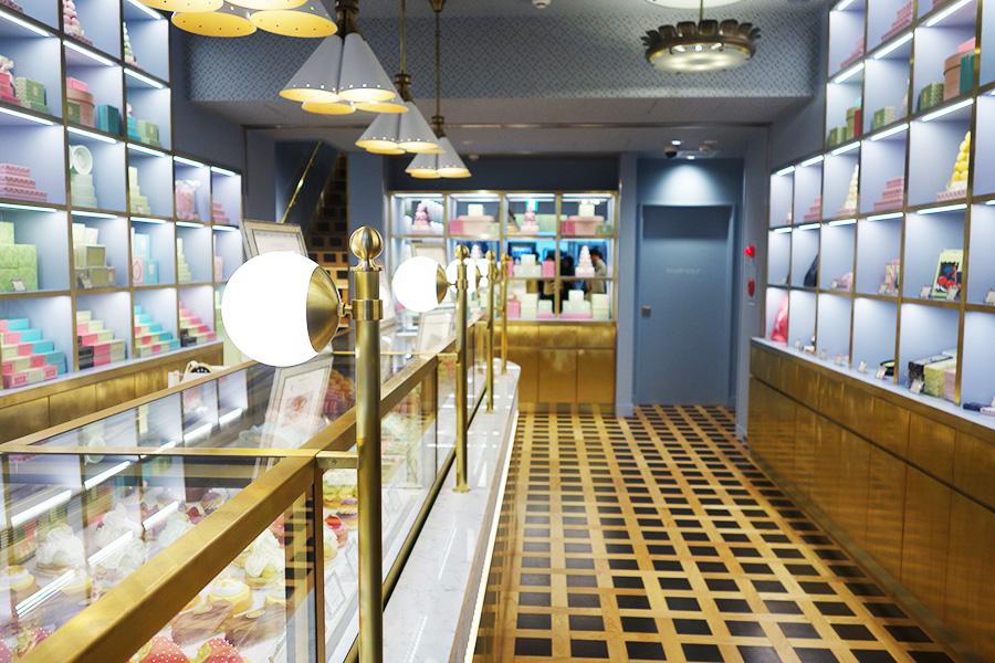 1階のブティックではケーキやマカロン、焼き菓子、グッズなどを販売
