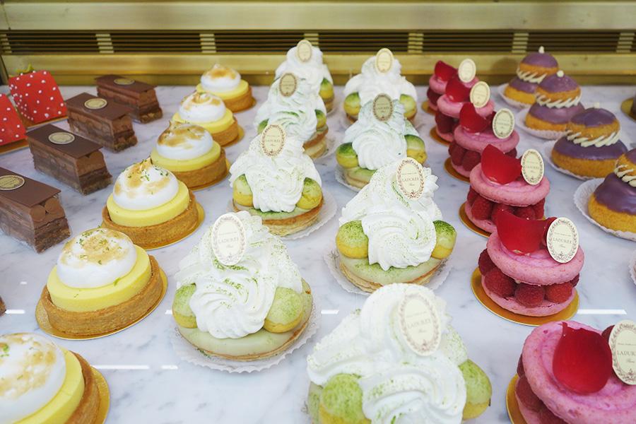 写真中央が、生菓子「サントノレ・マッチャ・キョウト」。ほかにも、タルト・シトロン、ムランゲ、イスパハンなどフランスらしいメニューがそろう
