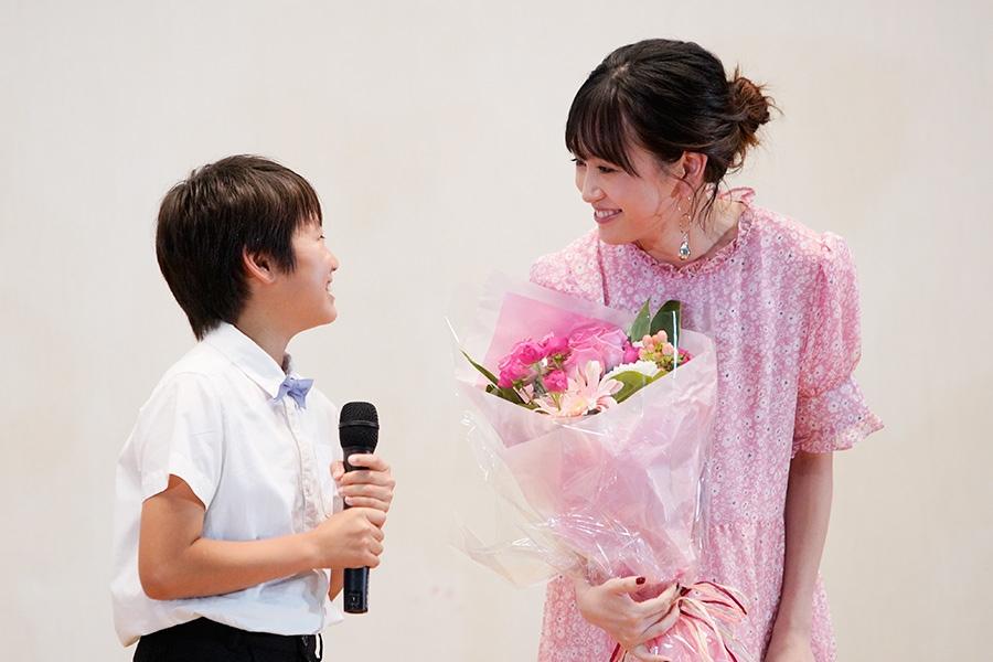 息子役の阿比留照太(左)とシングルマザー役の前田敦子(11日・府立茨木高校)
