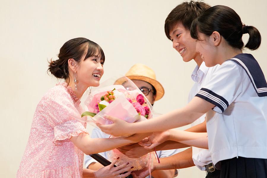 7月10日に誕生日を迎えた前田敦子に、生徒から花束のサプライズプレゼント(11日・府立茨木高校)