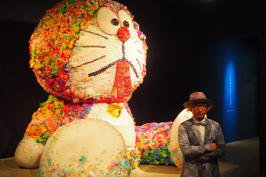 『映画ドラえもん のび太のドラビアンナイト』がモチーフの巨大なドラえもんぬいぐるみを制作した増田セバスチャン(11日・大阪市内)©Fujiko-Pro