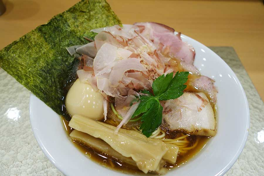 地鶏醤油ラーメンにトッピングを加えた「追い鰹らーめん」。写真はトッピングをのせた特製バージョン1200円