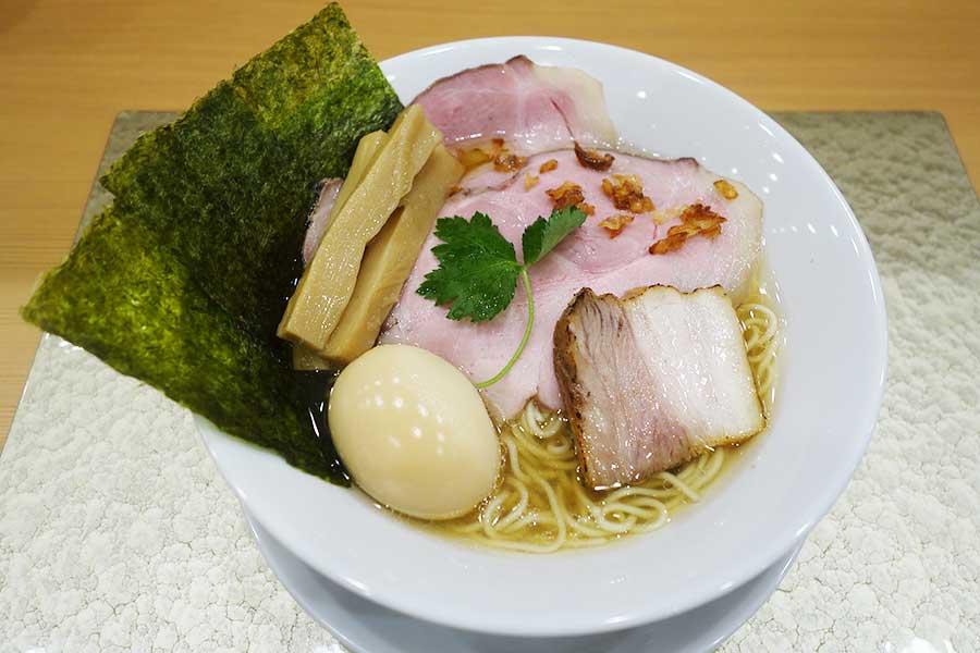 シジミのエキスを加えた黄金貝らーめんは850円〜。写真は特製セット1150円