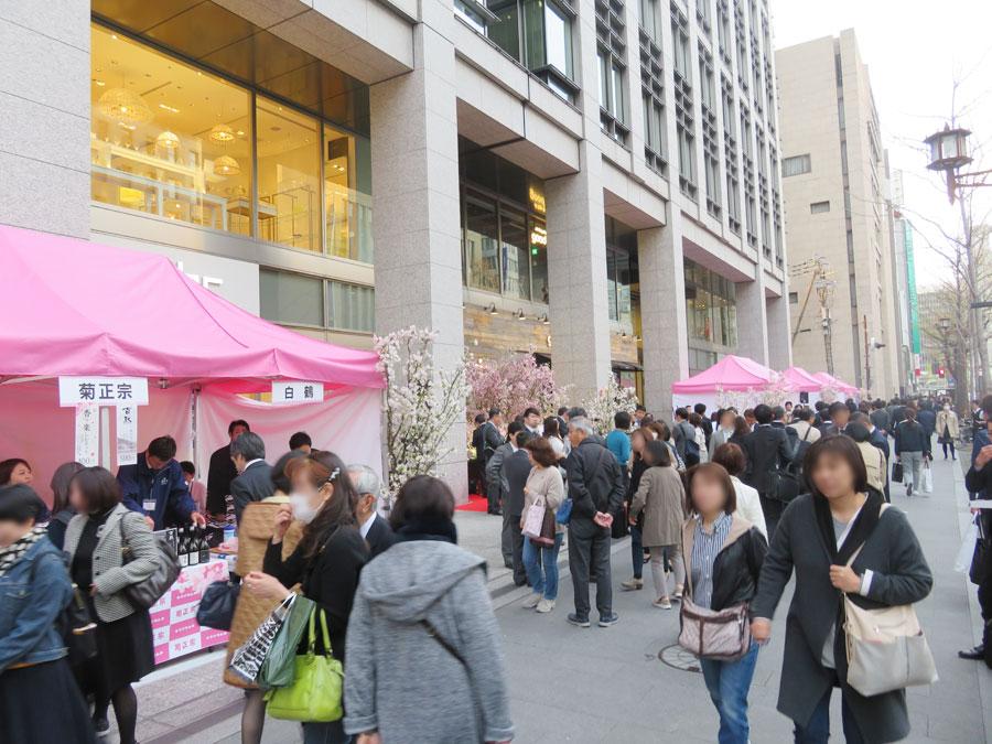 「淀屋橋odona」前で4月に開催された『桜SAKEフェスタ』の様子