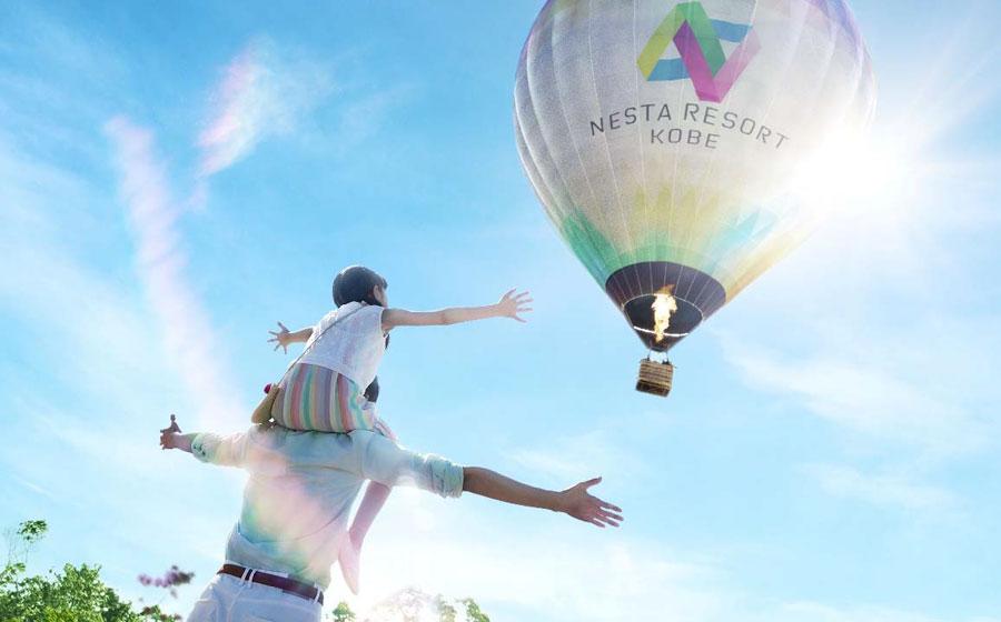 「ネスタリゾート神戸」のテーマカラーをモチーフにしたオリジナルデザインの気球