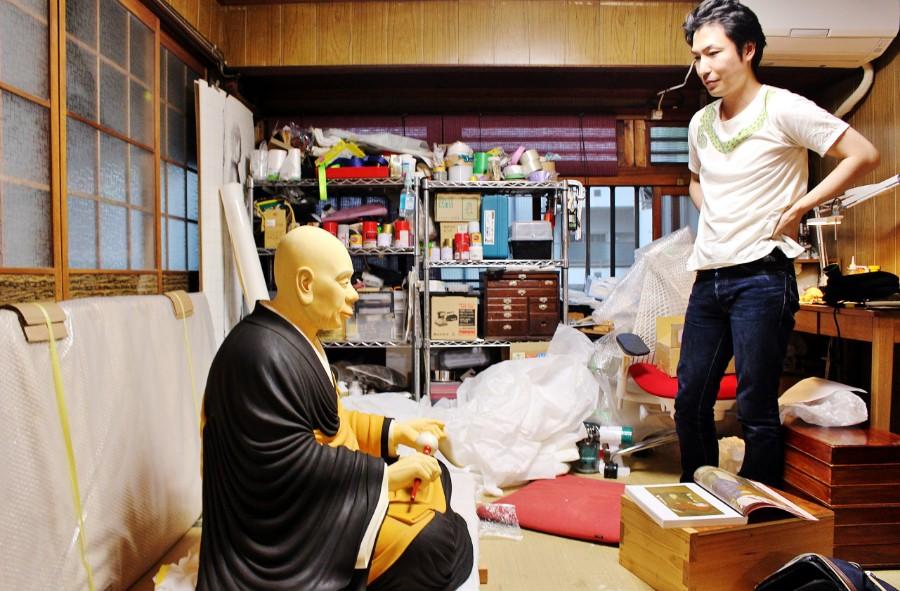 三宅町へ向かう直前の忍性上人像(左)と制作者で彫刻家の吉水快聞さん(7月12日・吉水さんの工房にて)