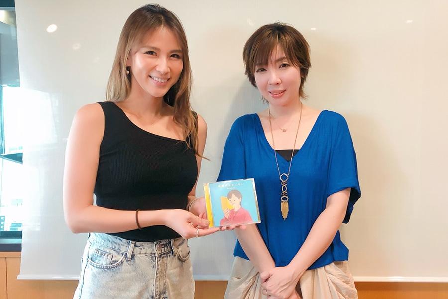 FM OH!『LOVE FLAP』にゲストで登場した岡本真夜、左はDJの赤松悠美(31日・大阪市内)