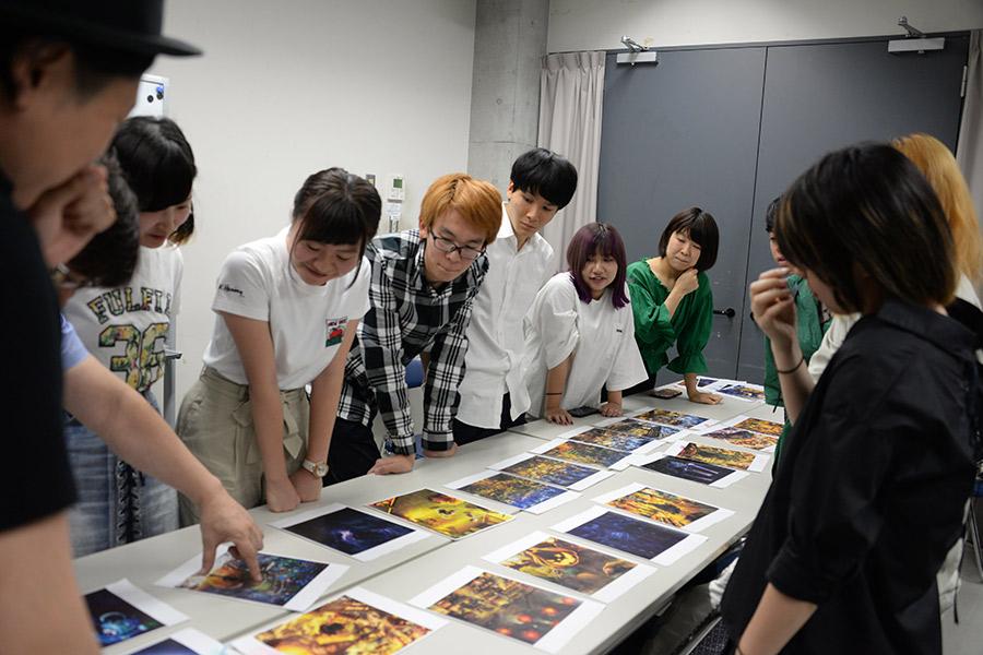 立体絵本の題材を選ぶ学生たち
