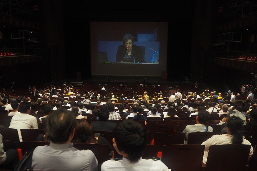 アゼルバイジャンでの審議の様子が中継で流された「フェニーチェ堺」の大ホール(5日・堺市内)