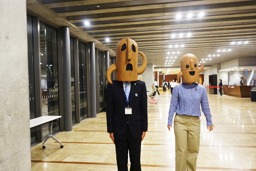 会場に訪れた人々を見送ったハニワ課長(左)とハニワちゃん