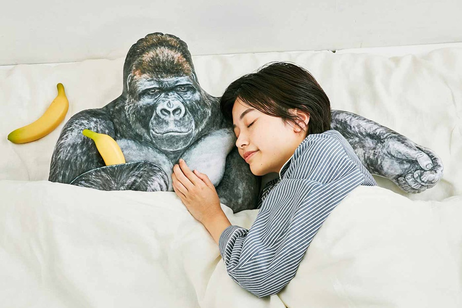 強さとやさしさをあわせ持つニシゴリラ・シャバーニのたくましい腕枕クッション(6804円)