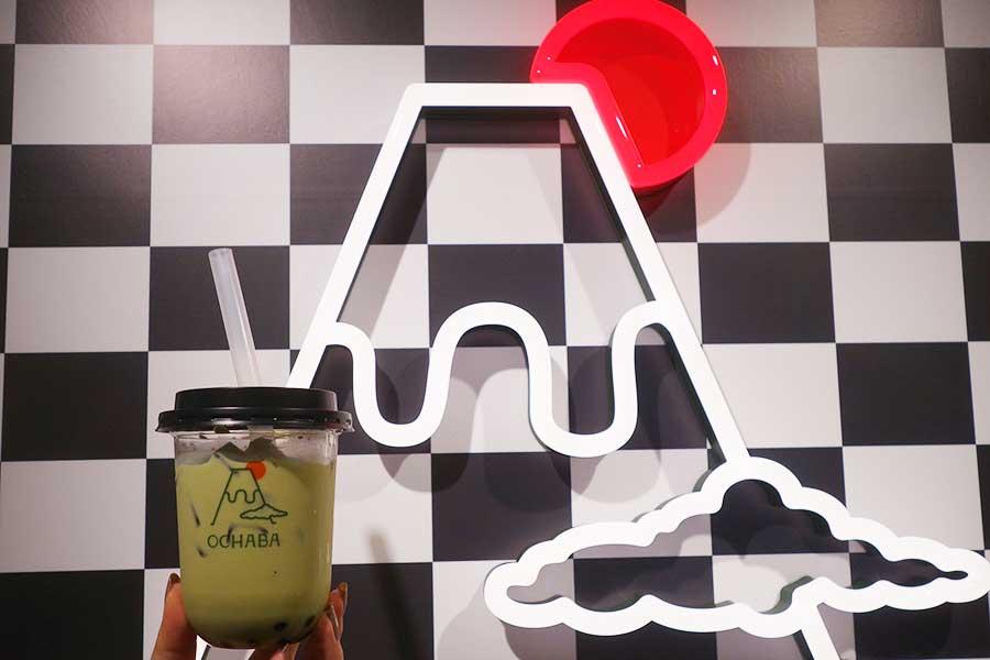 日本茶ミルクティー専門店「OCHABA」。タピオカではなく、わらび餅をトッピング。写真は緑茶ロイヤルミルクティー580円