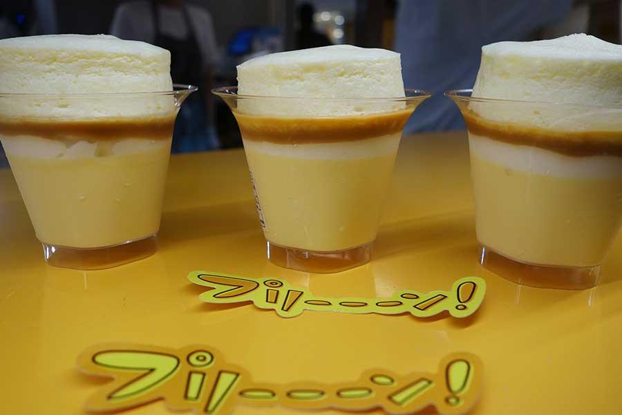 プリン専門店「プリーーーン!」では、スフレチーズケーキプリン450円。とろりとしたプリンと、ふんわり食感のスフレが楽しめる
