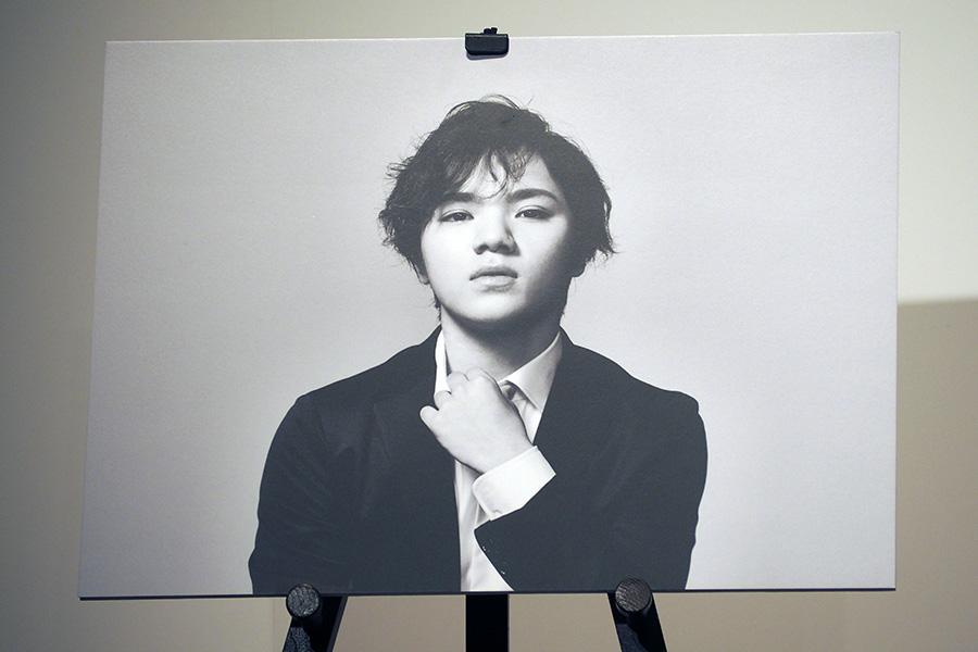 CM撮影でクールな表情を見せた宇野昌磨選手、写真はポスター(24日・大阪市内)