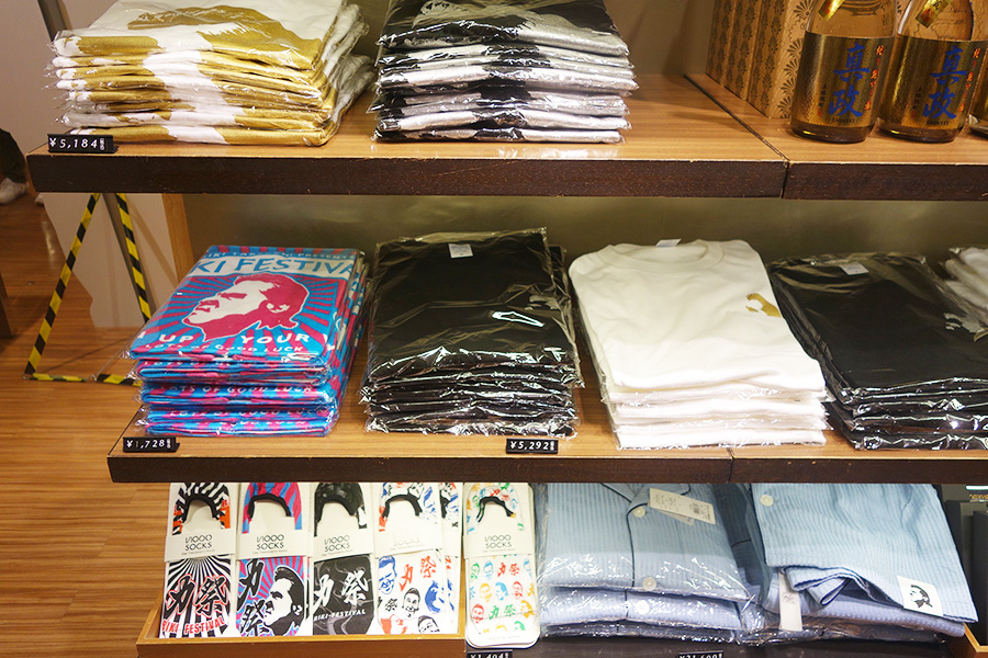タオル1728円、Tシャツ5292円なども販売