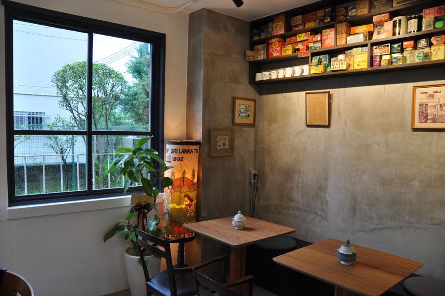 今はなき堂島店のオマージュが散りばめられた店内。カラフルなお茶用の箱や、レアな茶器があちこちに