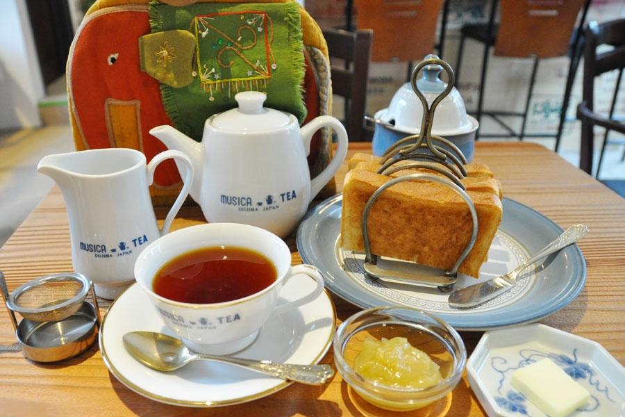 トーストはオイルサーディンなどを使ったチーズトーストなども。食器やティーコージーなども堂島店時代のままなのがうれしい