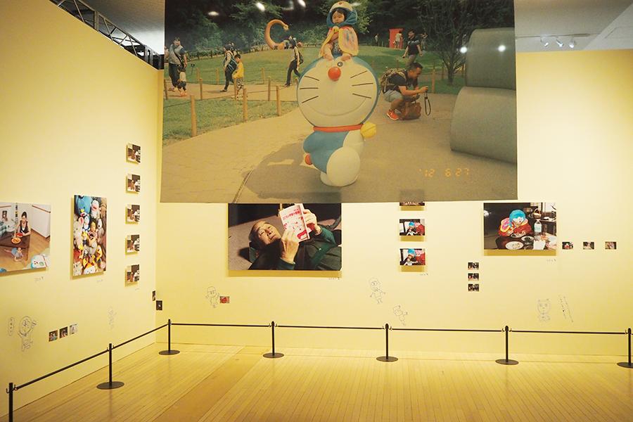 「私の家のドラえもんの写真」(梅佳代)©Fujiko-Pro