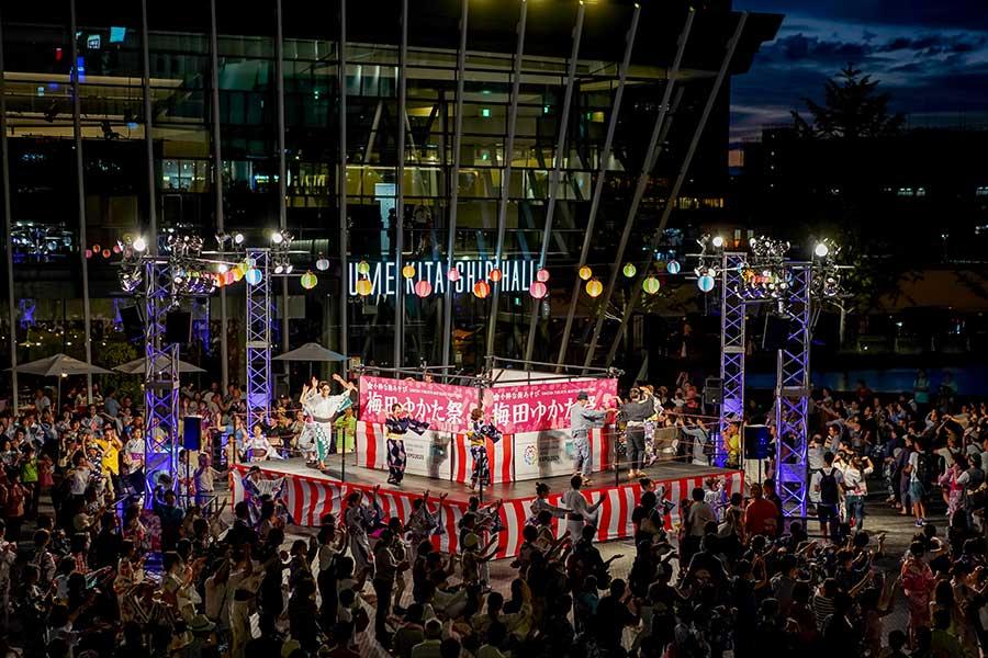 商業施設グランフロント大阪の屋外エリア「うめきた広場」でおこなわれる大盆踊り(写真は過去開催時の様子)