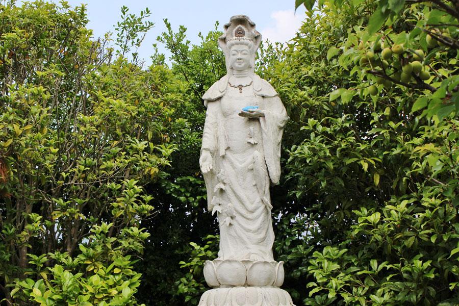 金魚や錦鯉など愛玩小動物慰霊のため建立された「金魚鑑賞魚藍観音像(金魚観音)」