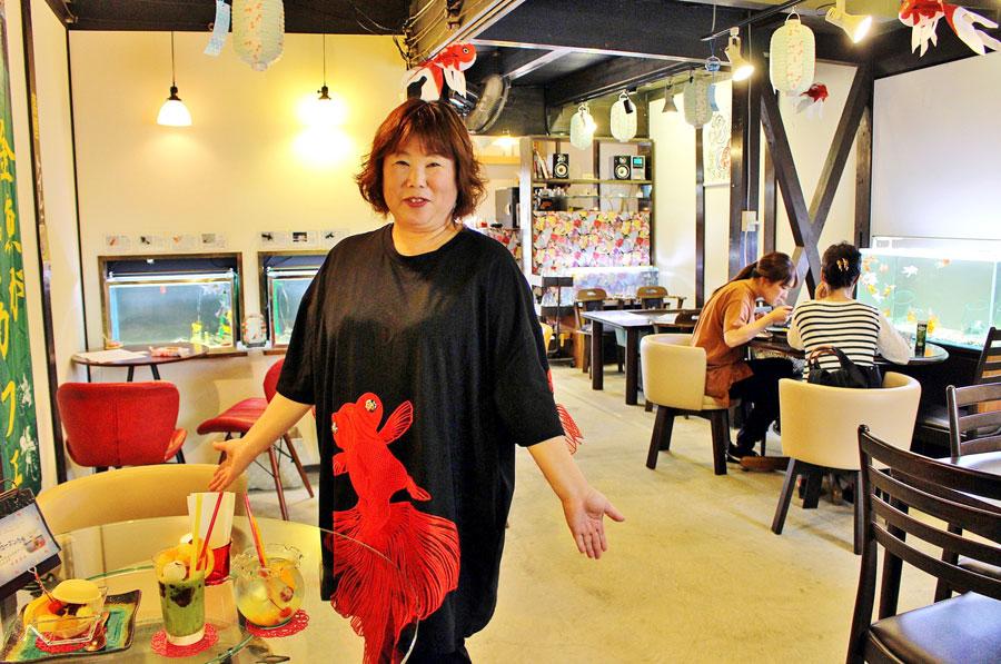 金魚衣装で出迎えてくれた金魚カフェ「柳楽屋」の店主・青山さおりさん