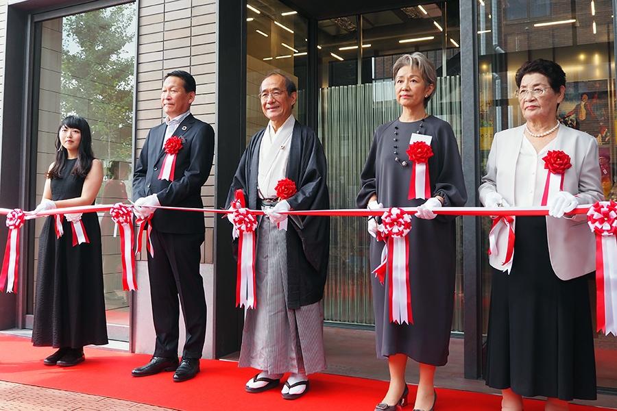 門川大作京都市長(中央)や京都市立芸術大学・赤松玉女学長(右から2番目)らが出席した、リニューアルオープンセレモニーの様子