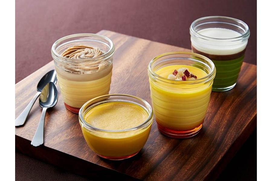 「モロゾフ」から発売される秋の期間限定商品。左奥からモンブランプリン、パンプキンプリン、スイートポテトプリン、焙煎宇治玉露のプリン