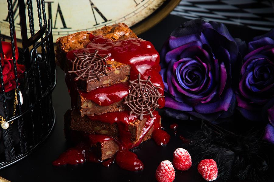血のように赤いレッドベリーソースがかかった「ナイトメア・ブラウニー」