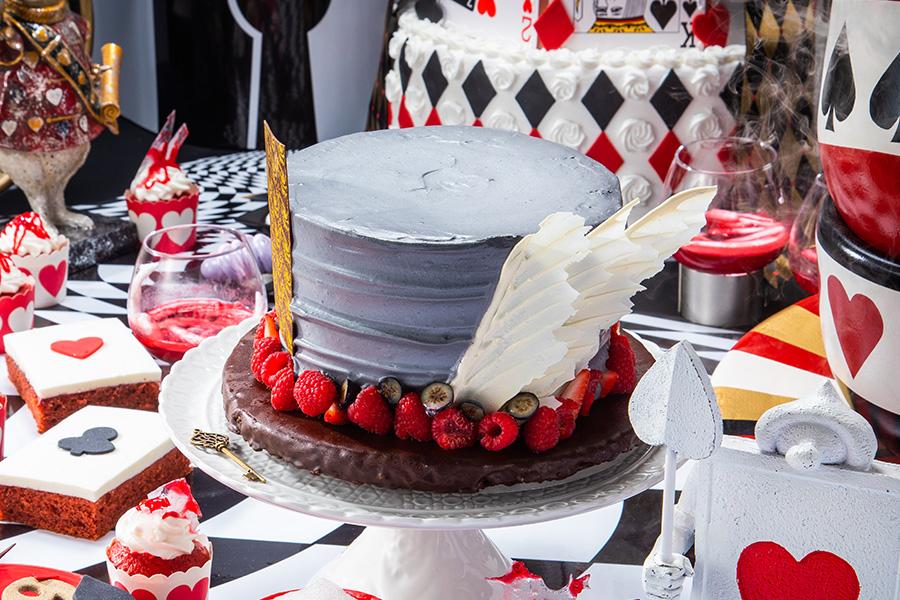 マロンクリームや洋ナシのコンポートで帽子を再現した「ヘンテコ帽子屋のマロンケーキ」