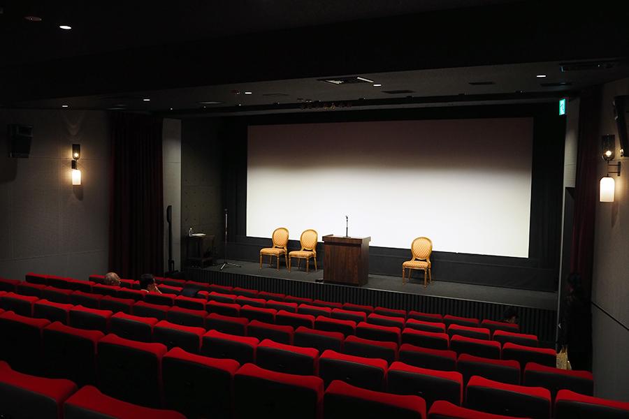 1階に位置するスクリーン1(126席)。赤い椅子に青い床、ブルーグレーの壁など、旧京都みなみ会館の場内をイメージしたあしらいに
