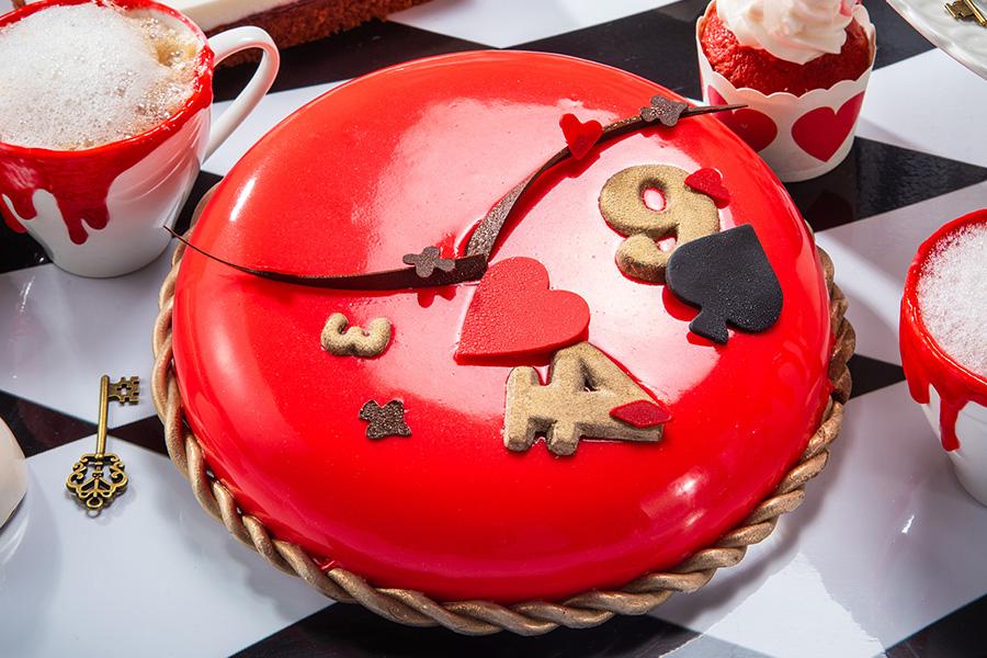 ミルクチョコレートとキャラメルの濃厚ムースを、フランボワーズ風味の練乳ミルクでコーティングした「狂った時間のお茶会ケーキ」