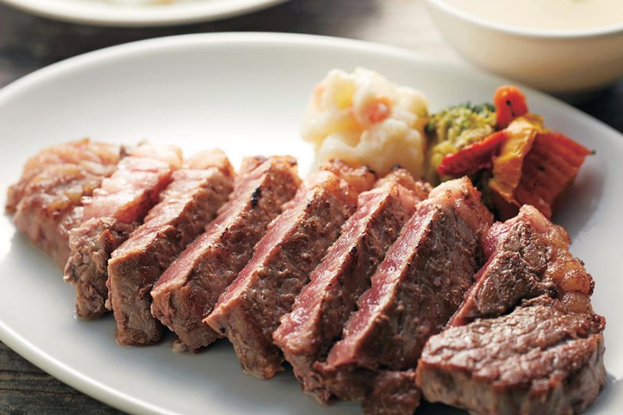 200gのステーキと、ライス・スープが付いた「サーロインカットステーキセット」(うるく家・1201円)など定食級のメニューも