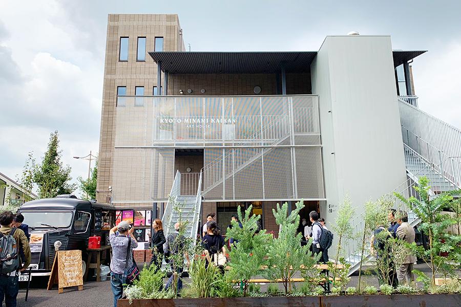 リニューアルした「京都みなみ会館」の様子。1階にスクリーン1(126席)、2階にスクリーン2(54席)とスクリーン3(30席)を併設する