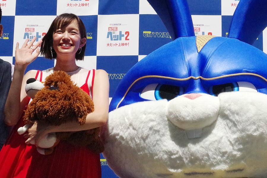映画『ペット2』のヒット記念イベントに登場した佐藤栞里。右は同作で活躍するウサギ、キャプテンスノーボール(大阪市内・8日)