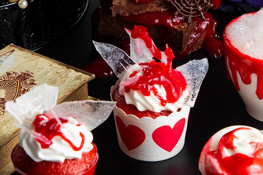 飴でガラスを表現し、刺さったケーキからはレッドベリーソースが滴る「割れたガラスのカップケーキ」
