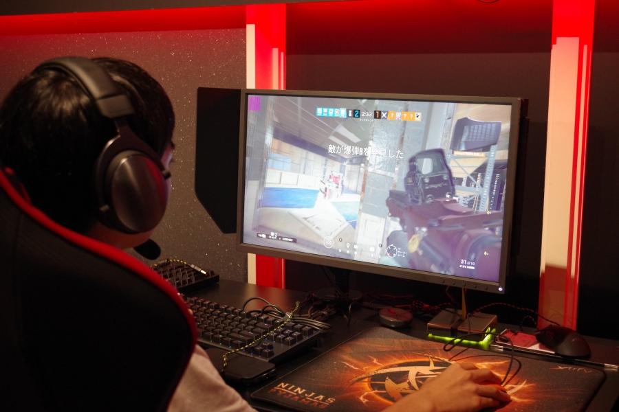 「eスポーツカフェアカデミア」で、第一者視点での射撃ゲームをプレイする学生