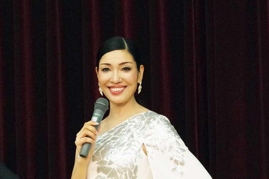 記者会見に純白のドレスで登場したアンミカ(2019年撮影)